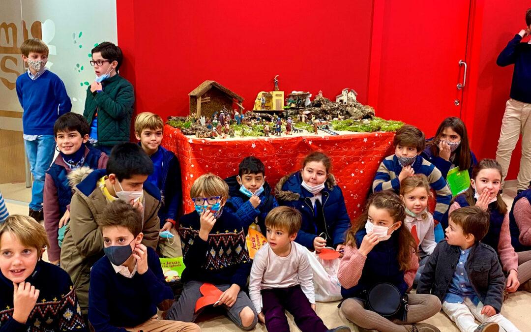 Niños y niñas de catequesis en el belén de los salones parroquiales